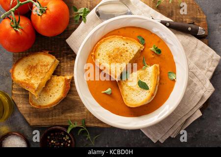 Soupe de tomate avec des sandwichs au fromage grillé Banque D'Images