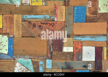 Un design chic minable en difficulté avec des carrés et des rectangles de bois avec l'épluchage et de l'écaillement Banque D'Images
