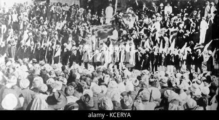 Mohandas Karamchand Gandhi, traitant de la communauté indienne en Afrique du Sud, 1906. Gandhi a établi une communauté Banque D'Images