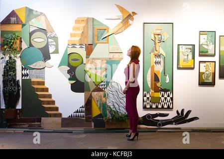 Londres, Royaume-Uni. 5Th oct, 2017. Une femme regarde une installation par Visual Storytellers duo, élargi à l'œil Banque D'Images