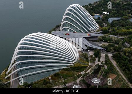 Ariel vue sur les jardins de la baie à côté de Marina Bay à Singapour. Les deux dômes en verre comme l'enveloppe Banque D'Images
