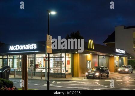 McDonald's restaurant drive-in la nuit, West Bridgford, Lancashire, England, UK Banque D'Images