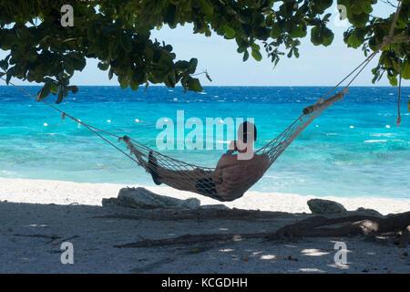 Philippines plage, île de Cebu - un touriste relaxant dans un hamac en vacances, Cebu, Philippines, Asie
