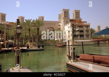 Suivant les canaux d'hôtels de luxe à Jumeirah, Dubai, Émirats arabes unis Banque D'Images