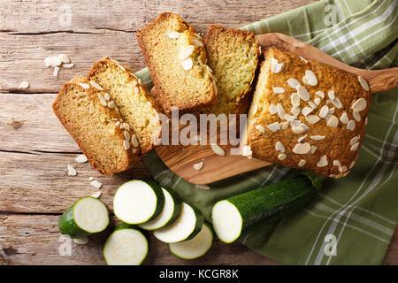 Tranches de pain de courgettes aux amandes close-up sur la table supérieure horizontale. Vue de dessus Banque D'Images