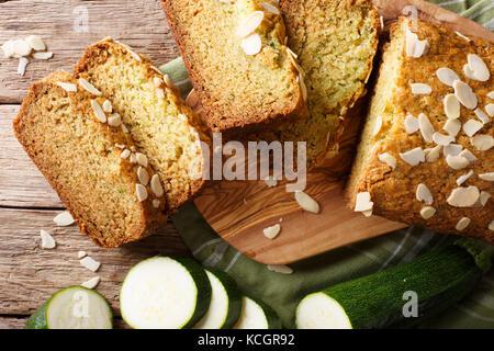 Des tranches de pain de courgettes aux amandes close-up sur la table supérieure horizontale. Vue de dessus Banque D'Images