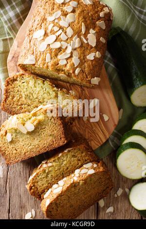 Des tranches de pain de courgettes aux amandes close-up sur la table. vertical haut Vue de dessus Banque D'Images