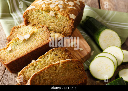 Des tranches de pain de courgettes aux amandes close-up sur la table horizontale. Banque D'Images