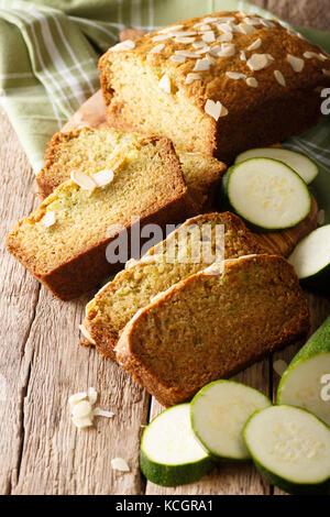 Tranches de pain de courgettes aux amandes close-up sur la table verticale. Banque D'Images