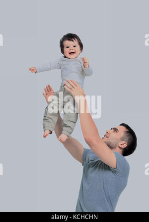 De joyeux piggyback ride à son fils contre un blanc b Banque D'Images