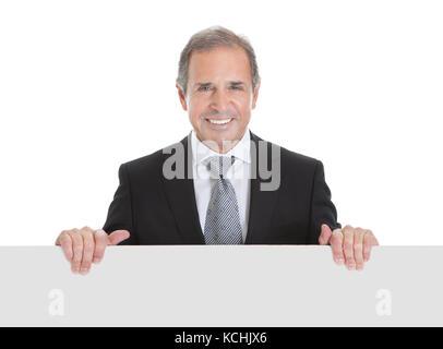 Portrait of happy business man holding blank placard sur fond blanc Banque D'Images