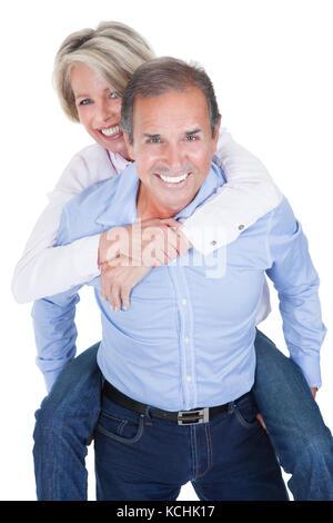 Homme mûr usurpation de son épouse heureuse sur fond blanc Banque D'Images