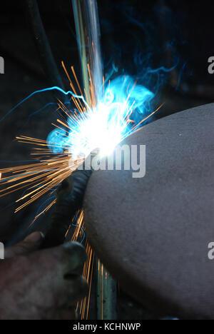 Photo d'un procédé de soudage des étincelles et de la chaleur.