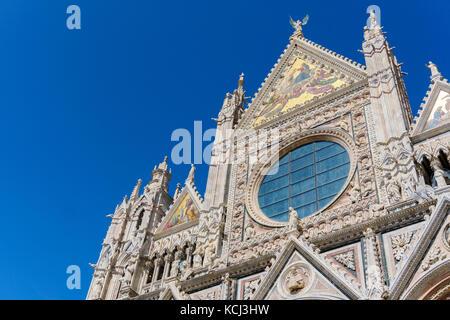 Façade de la cathédrale de Sienne en Toscane Banque D'Images
