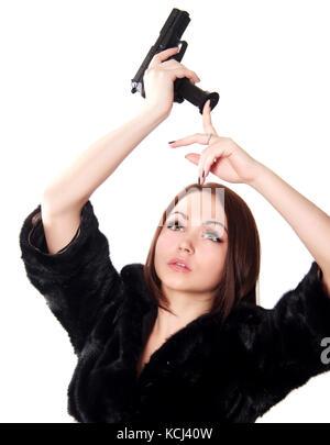 Portrait d'une jeune femme séduisante chargement du fusil isolé sur fond blanc Banque D'Images