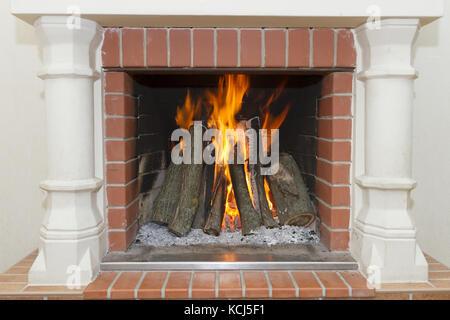 White cheminée avec un feu brûlant Banque D'Images