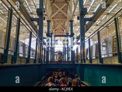 Foule de visiteurs et les piétons en laissant le Coney Island avenue stilwell station de métro à Brooklyn, New York Banque D'Images
