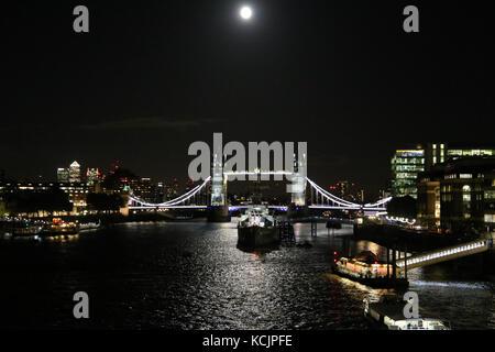 Londres, Royaume-Uni. 5Th oct, 2017. uk weather. Tower bridge baigné de lumière argentée de la lune ce soir récolte Banque D'Images