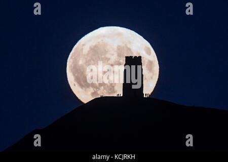 Glastonbury, Somerset, Royaume-Uni. 5 octobre 2017. Météo britannique. Le Harvest Moon Rising up derrière Tor de Banque D'Images