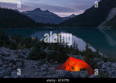 Tente sur la rive du lac Upper Joffre Joffre de nuit dans des lacs parc provincial en Colombie-Britannique, Canada. Banque D'Images