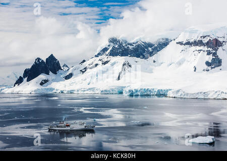 Akademic sergey vavilov anchors le long de la côte danco tout en explorant la péninsule antarctique, danco, péninsule Banque D'Images