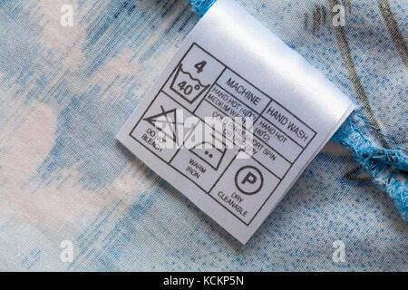 Symboles de lavage soins et des instructions sur l étiquette en mans shirt  Banque D ce9826336298