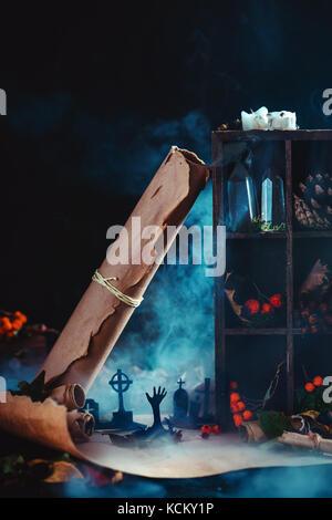 Cimetière avec l'augmentation des silhouettes en zombies halloween conceptuel au milieu de la fumée, wirards, feuilles Banque D'Images