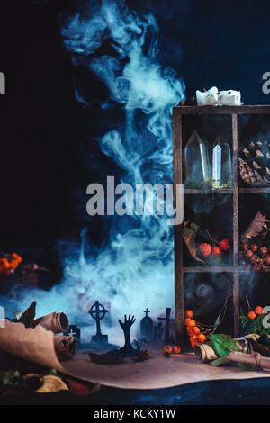 Cimetière de lune avec des silhouettes en zombies halloween conceptuel au milieu de la fumée, wirards, feuilles Banque D'Images