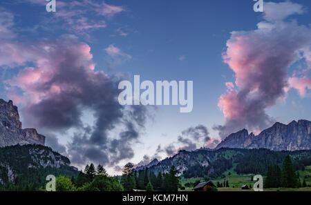 Plus de nuages rose dolomites Banque D'Images