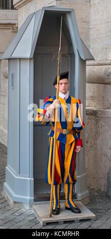 Garde suisse, avec l'extérieur, Halbard la Basilique Saint-Pierre, Vatican, Rome, Italie Banque D'Images