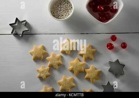 Cerise rouge en forme d'étoile avec les cookies et la faucheuse sur le tableau Banque D'Images