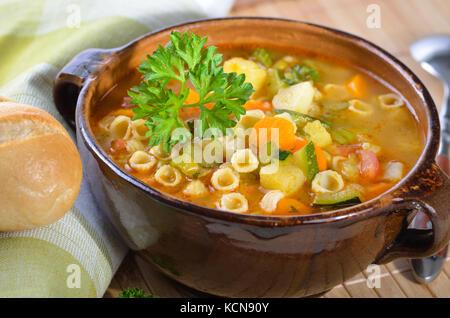 Soupe de légumes frais avec des nouilles - minestrone italien Banque D'Images