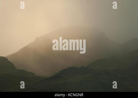 L'aube sur Loughrigg, avec nuages bas et brouillard, près de Ambleside, Lake District National Park, Royaume-Uni Banque D'Images