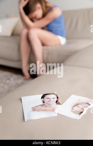 Photo déchirée de l'heureux couple sur table avec pleurer femme à fond, adolescent frustré lovelorn sentiment navré Banque D'Images