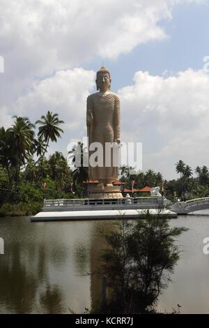 Peraliya Hikkaduwa, Sri Lanka Tsunami Hongan Vihara mémorial aux victimes du tsunami de 2004 - Grande Statue du Bouddha Debout main droite dans la Vita