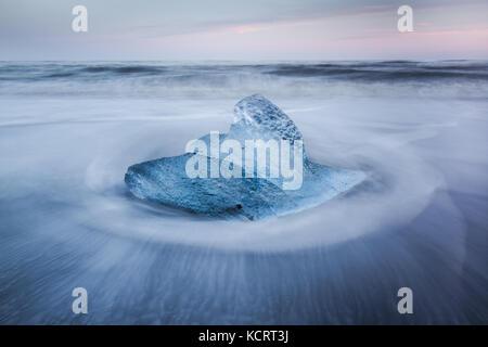 Les icebergs échoués sur le sable noir de breidamurkursandur près de Parc national du Vatnajökull, Islande Banque D'Images