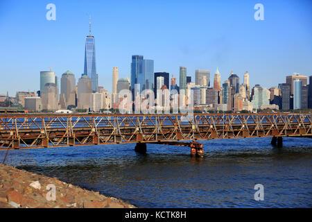 L'horizon de Manhattan quartier financier avec pont pied connecter Ellis Island et Liberty State Park sur l'hudson Banque D'Images