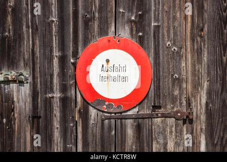 Panneau d'interdiction en allemand. ausfahrt freihalten (garder la sortie clair). vieille enseigne sur une porte Banque D'Images