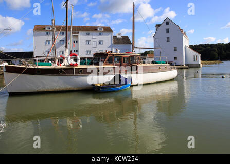 Bateau historique et moulin à marée sur le bord de l'eau, rivière Deben, Woodbridge, Suffolk, Angleterre, RU Banque D'Images