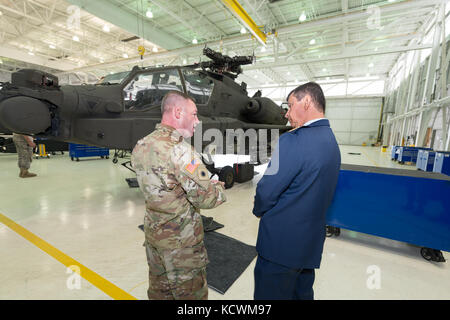 Le général de la Force aérienne colombienne Carlos Eduardo Bueno Vargas, commandant de la Force aérienne colombienne, rencontre le lieutenant-colonel James Fiddler de l'armée américaine et des experts de l'aviation dans le cadre d'un partenariat avec la Garde nationale de Caroline du Sud à la base de la Garde nationale commune McEntyre, à Eastover, Caroline du Sud, le 21 février 2017. Bueno était en visite en Caroline du Sud pendant son arrêt de deux jours à rencontrer la direction de la Garde nationale de S.C. et les installations de visite avant de se rendre à Washington, D.C. pour rencontrer le chef du Bureau de la Garde nationale et le chef d'état-major de la Force aérienne des États-Unis Photo de la Garde nationale aérienne par Tech