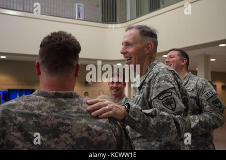 Le sergent-major de commandement de l'armée américain Robert H. Brickley, sergent-major de commandement de l'état de la Caroline du Sud, Garde nationale, passe son week-end visiter soldats et aviateurs, dans l'ensemble de SCNG L.C. (13 au 15 mai. Brickley CSM prend sa retraite en juin 2016 après 26 ans de loyaux services. (U.S. Photo de l'armée par le Sgt. Tashera Pravato/libérés)