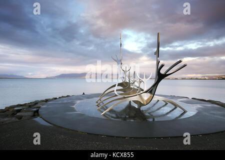 Bien voyager monument, nuages, vue de la ville de Reykjavik. Banque D'Images