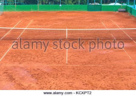 Grande cour de tennis en terre battue sans personnes Banque D'Images
