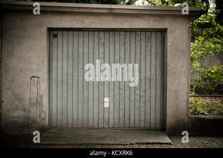 Ancien garage avec porte en métal