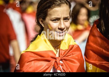 Barcelone, Espagne. 8 oct, 2017. anti-indépendance manifestants crier des slogans comme ils protestent pour l'unité Banque D'Images