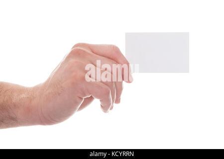 Close-up of man's hand holding carte de visite vierge sur fond blanc Banque D'Images