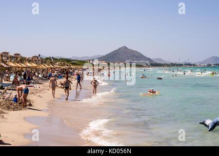 Les touristes à la plage de Playa de Muro en haute saison d'été près de l'Albufera, Majorque, iles baléares Banque D'Images
