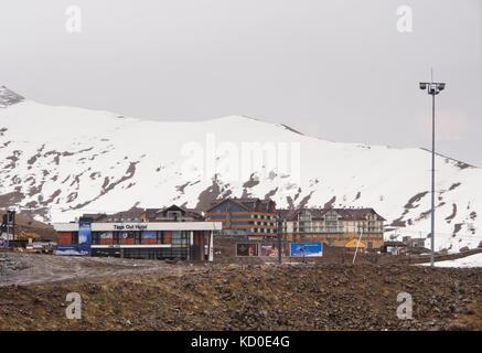 Gudauri ski dans les hautes montagnes du Caucase en Géorgie le long de la route militaire et à proximité de la frontière Banque D'Images