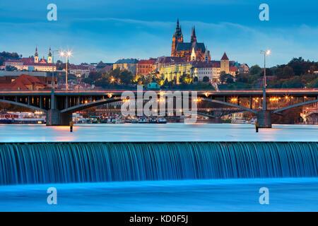 Prague. image de Prague, capitale de la République tchèque, pendant le crépuscule heure bleue. Banque D'Images