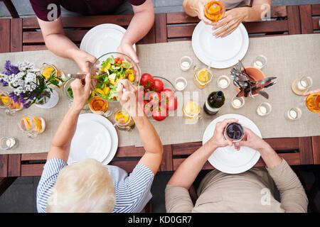 Vue de dessus de la remise de la famille des salades au déjeuner de la famille on patio Banque D'Images